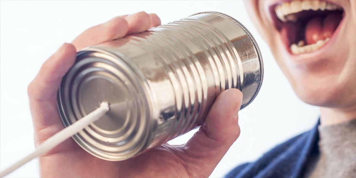 糸電話で話そうとする人