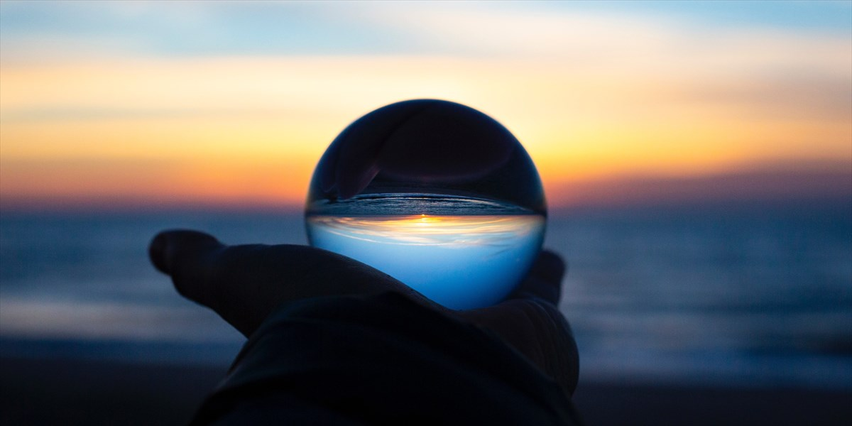 水晶をもち、海を眺める