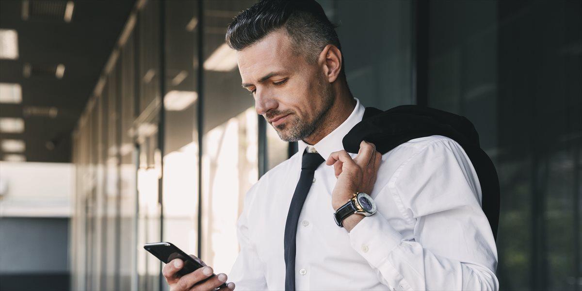 外出先で携帯を見るビジネスマン