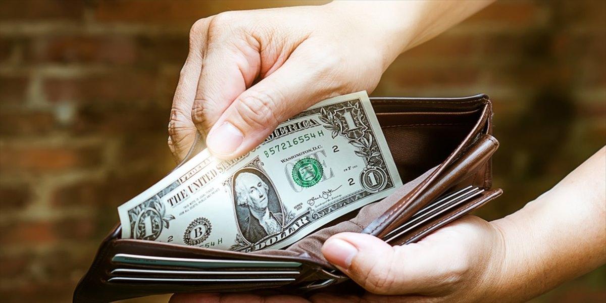 財布からお札を見せる